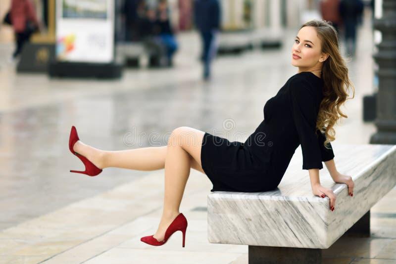 Красивая белокурая русская женщина в городской предпосылке стоковое фото rf