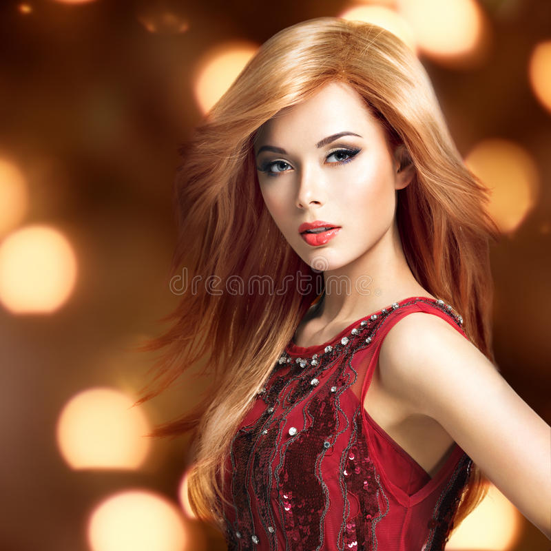 Красивая белокурая сексуальная женщина с длинным стилем причёсок стоковая фотография rf