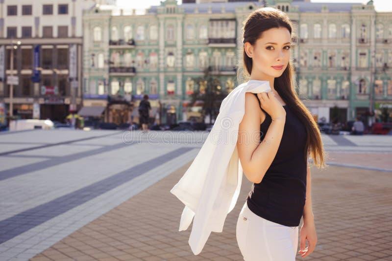 Красивая бизнес-леди брюнет в белом костюме и черном t-shir стоковые фотографии rf
