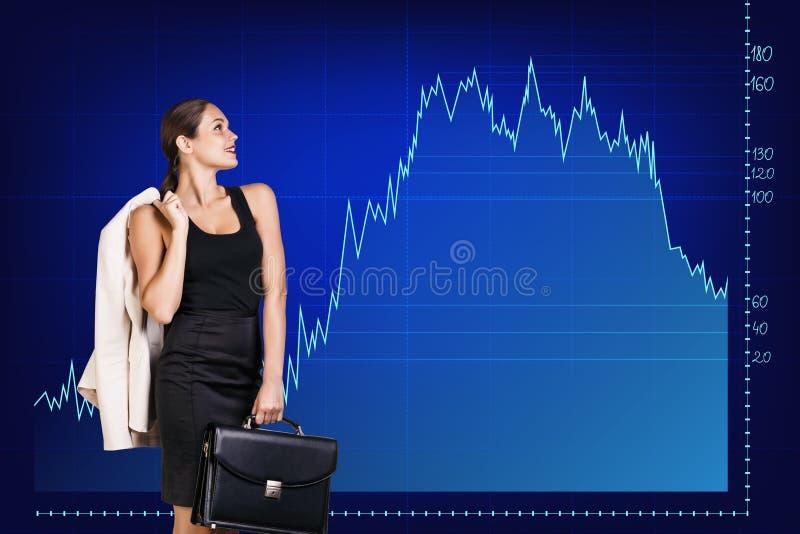 Красивая бизнес-леди близко с большой диаграммой стоковые фотографии rf