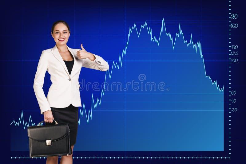 Красивая бизнес-леди близко с большой диаграммой стоковые фото
