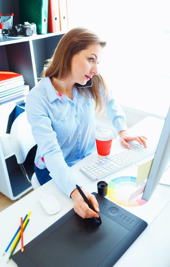 Красивая бизнес-леди делая несколько вещей сразу на hom стоковые изображения