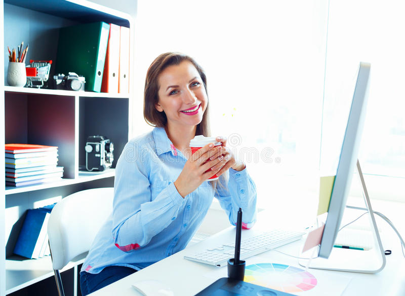 Красивая бизнес-леди работая на домашнем офисе стоковая фотография rf