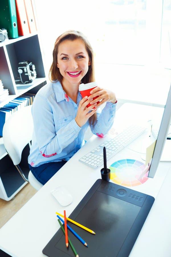 Красивая бизнес-леди работая на домашнем офисе стоковые изображения