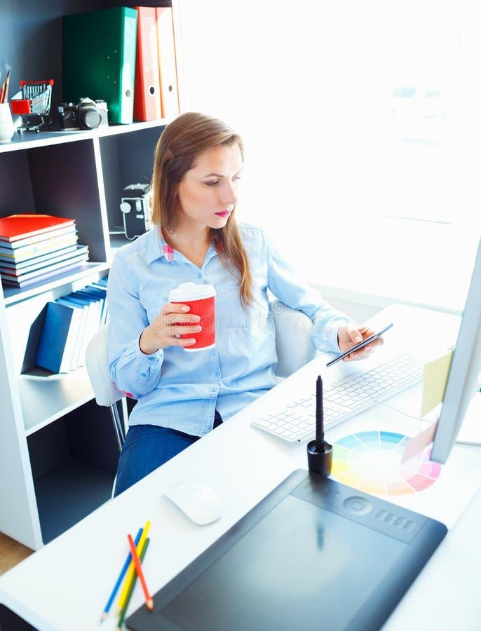 Красивая бизнес-леди работая на домашнем офисе стоковое изображение