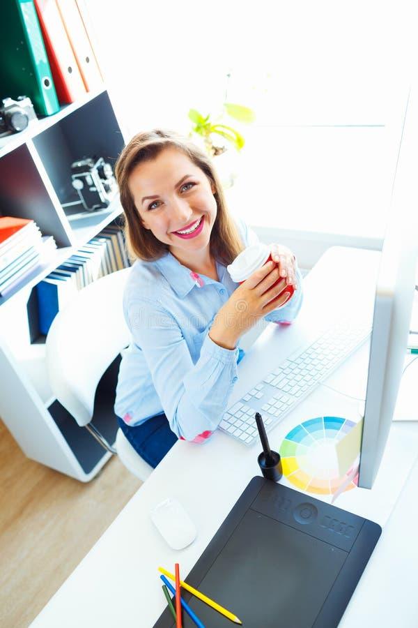 Красивая бизнес-леди работая на домашнем офисе стоковое изображение rf