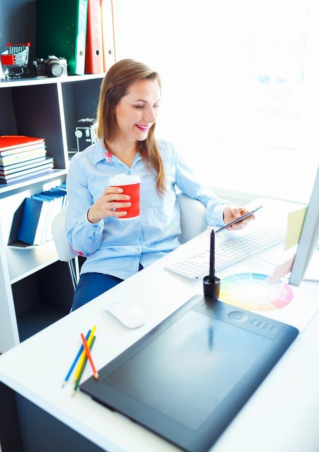 Красивая бизнес-леди работая на домашнем офисе стоковые фото