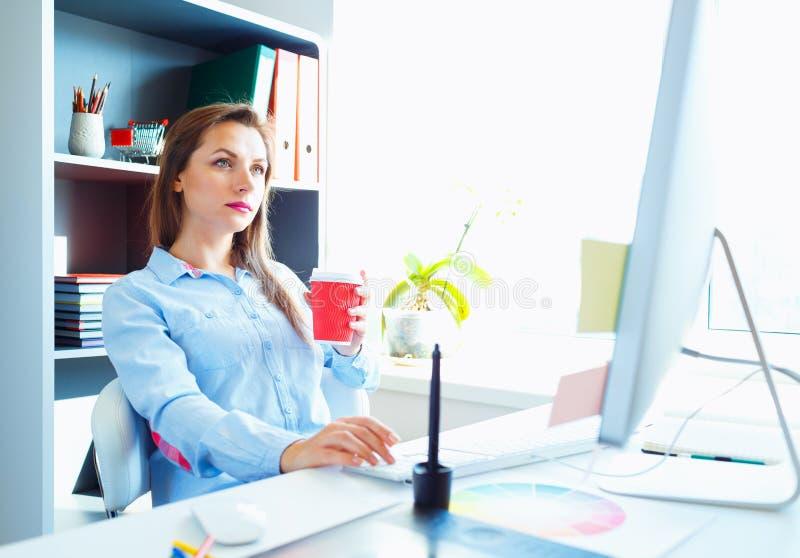 Красивая бизнес-леди работая на домашнем офисе стоковые фотографии rf