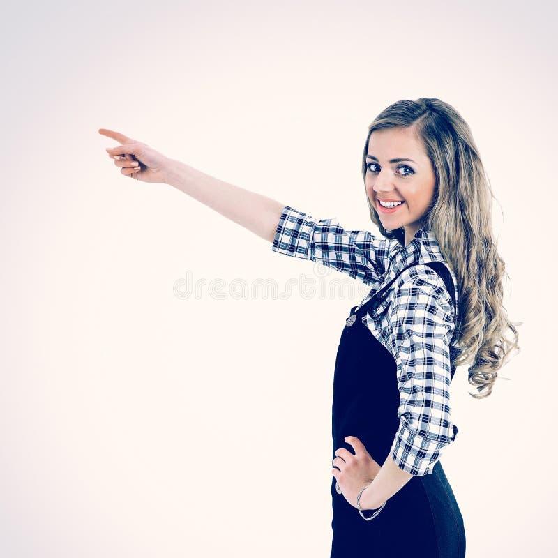 Красивая бизнес-леди показывает руку к виртуальному тексту рекламы или продуктам стоковое изображение