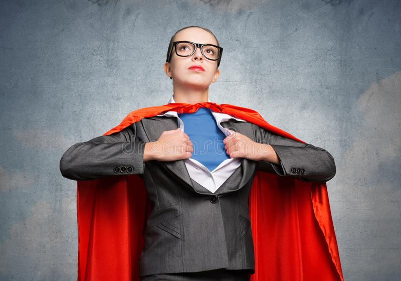 Красивая бизнес-леди раскрывая ее рубашку стоковое изображение