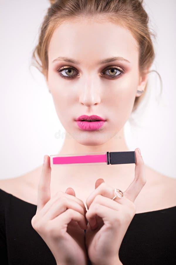 Красивая блондинка в образе Голливуда, розовые губы, губная помада, лоск губы в руке Сторона красотки Девушка с нежным составом стоковые изображения