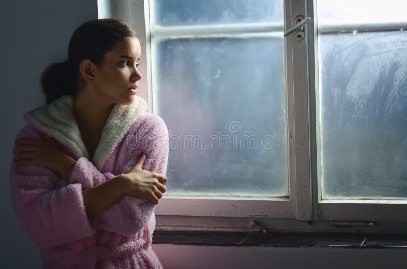 Красивая больная унылая девушка онкологического больного в больнице стоковые фотографии rf
