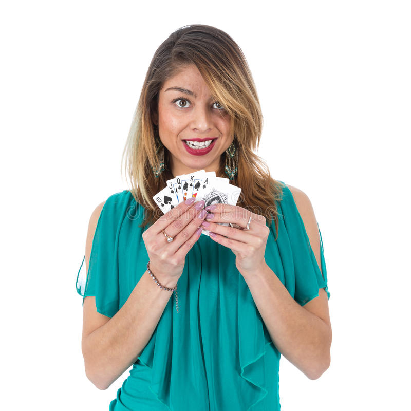 Красивая бразильская женщина показывает выигрывая карточки покера королевского притока стоковые изображения