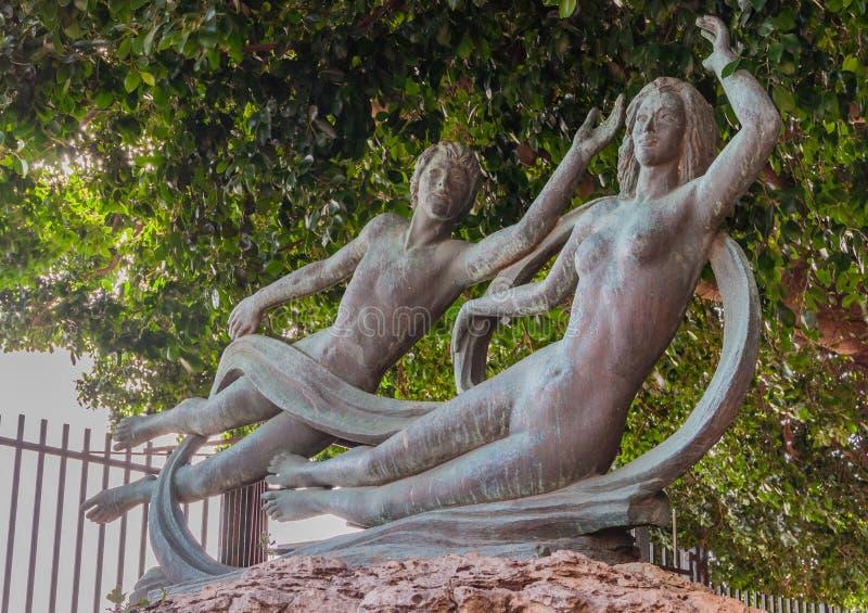 Красивая бронзовая статуя Arethusa и Alpheus на острове Ortygia в Сиракузе, Сицилии стоковые фото