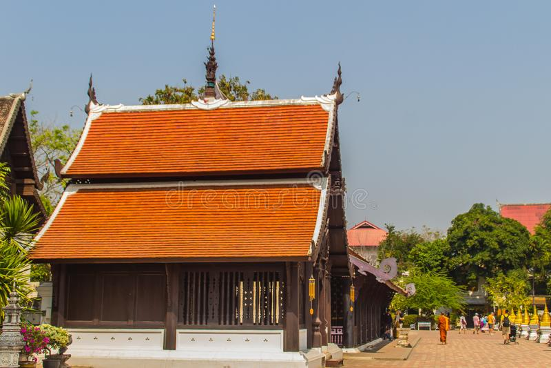 Красивая буддийская церковь, зала святилища ubosot со своей экспансивной оранжевой крышей плиток под голубым небом Оранжевые и кр стоковые изображения rf