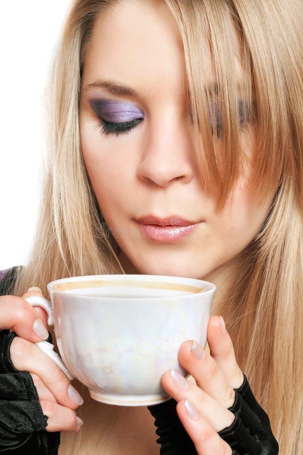 Красивая блондинка с чашкой чаю. Изолированный стоковая фотография