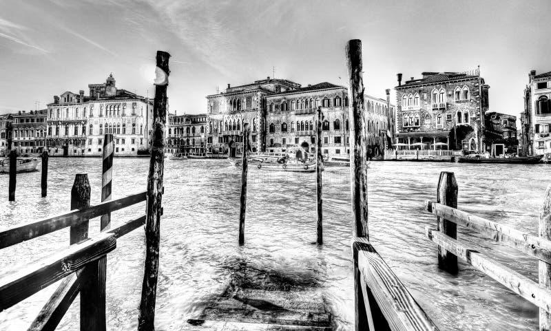Красивая Венеция в черно-белом, на большом канале стоковая фотография