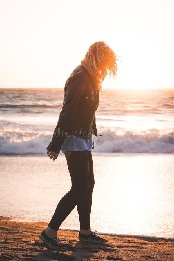 Красивая вертикальная съемка женщины идя на берег пляжа хлебопека в SF стоковое изображение