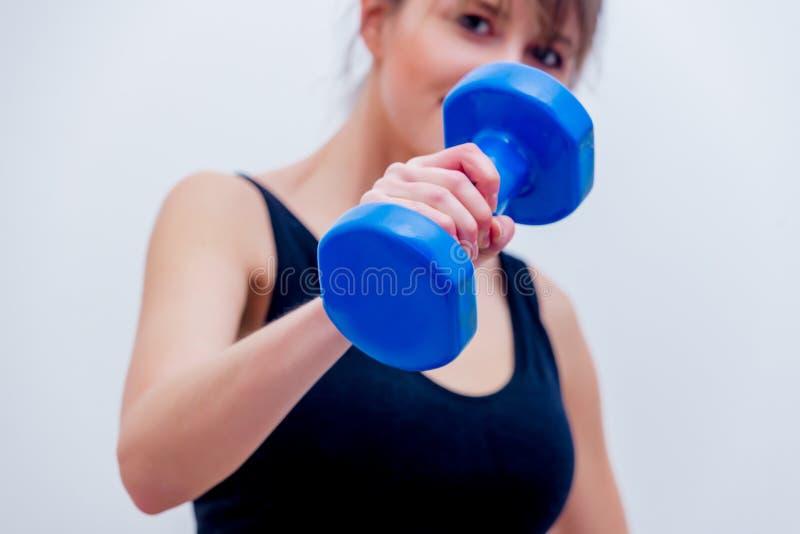 Красивая взрослая девушка держа голубую гантель стоковые фотографии rf
