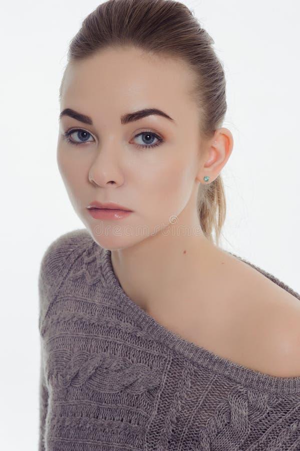 Красивая взрослая девушка представляя с обнаженным макияжем стоковое фото rf