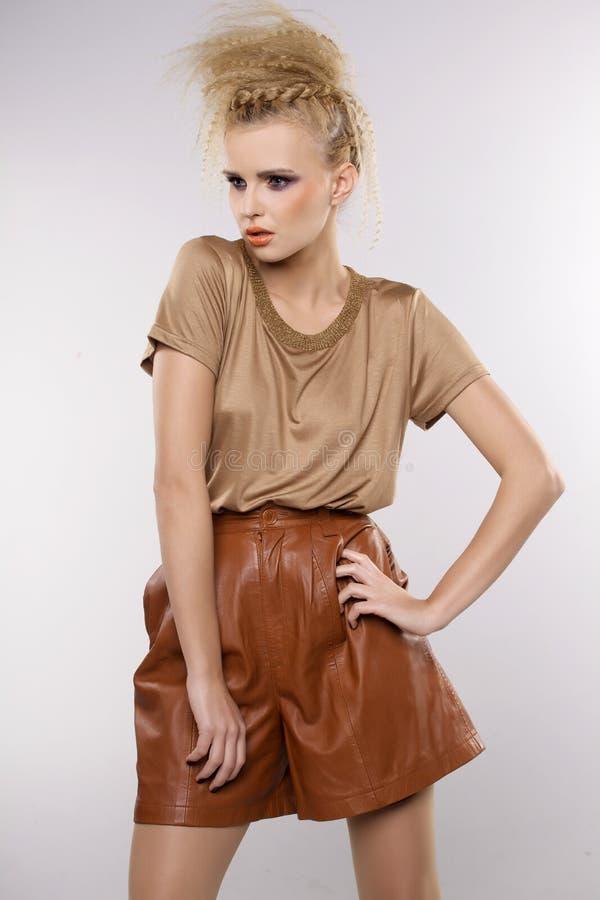 Красивая взрослая женщина чувственности в коричневом платье стоковые фотографии rf