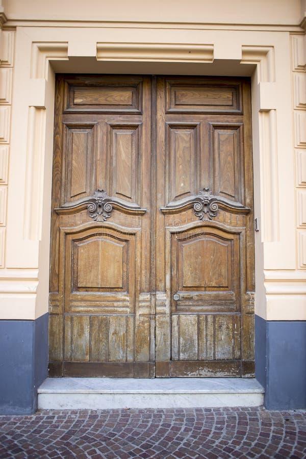 Красивая винтажная дверь, старое деревянное, антиквариаты стоковая фотография