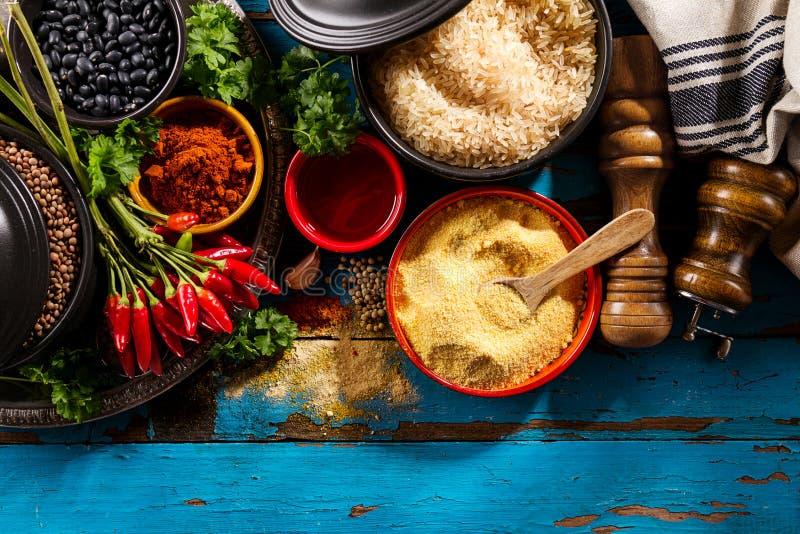 Красивая вкусная аппетитная бакалея специй ингридиентов для Cookin стоковое фото rf