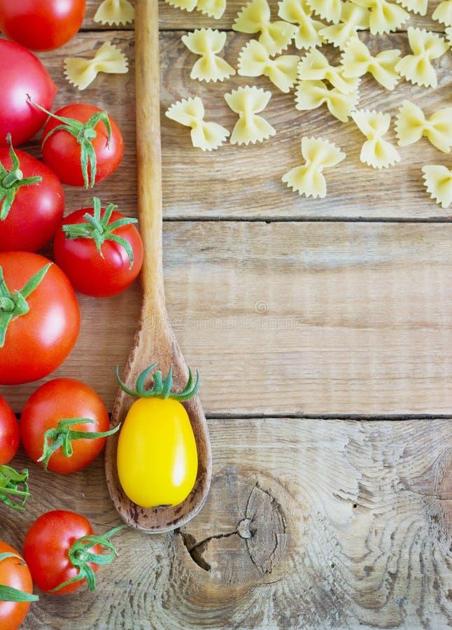 Красивая вкусная красочная картина итальянских макаронных изделий, томатов Взгляд сверху Аннотация оливка масла кухни еды принцип стоковые изображения