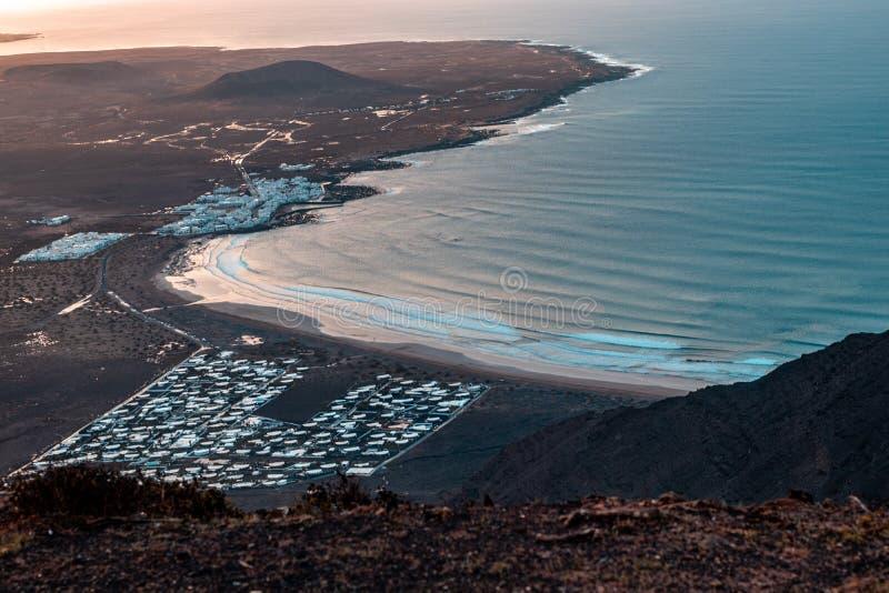 Красивая воздушная съемка бечевника прибрежного города стоковые фотографии rf
