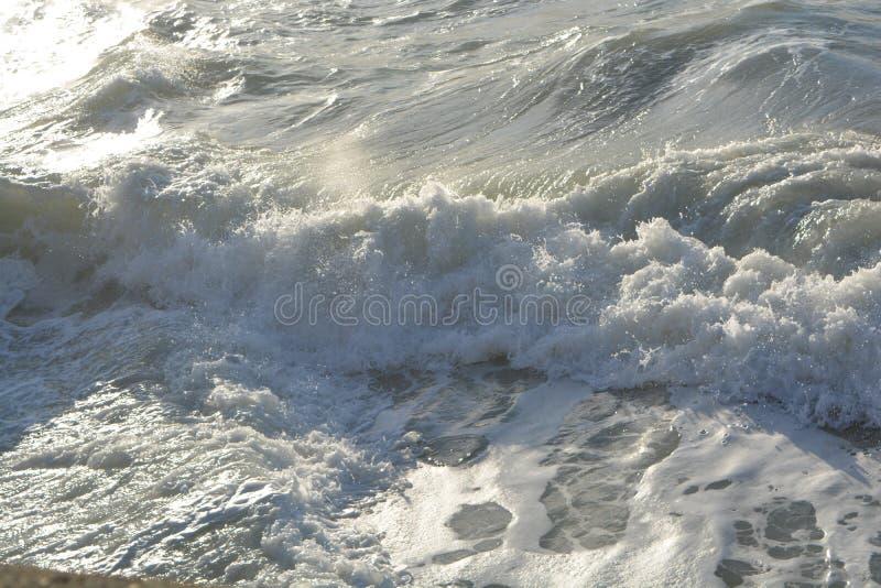 Красивая волна приезжает на пляж стоковое фото rf