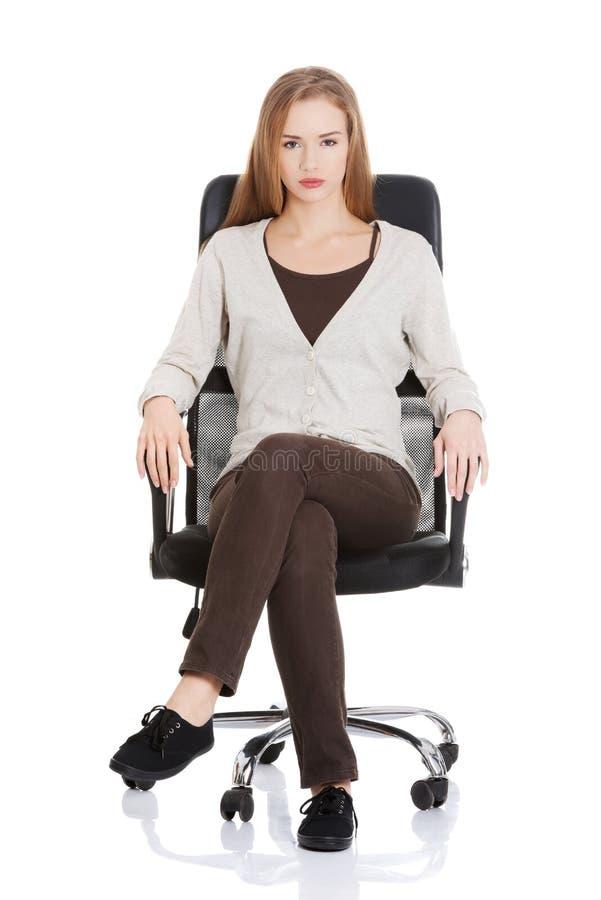 Красивая вскользь женщина сидя на стуле. стоковые изображения rf