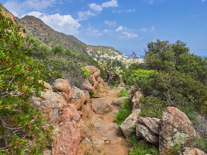 Красивая гора и пейзаж побережья на тропах Panarea, Эоловых островах, Сицилии, Италии стоковые изображения rf