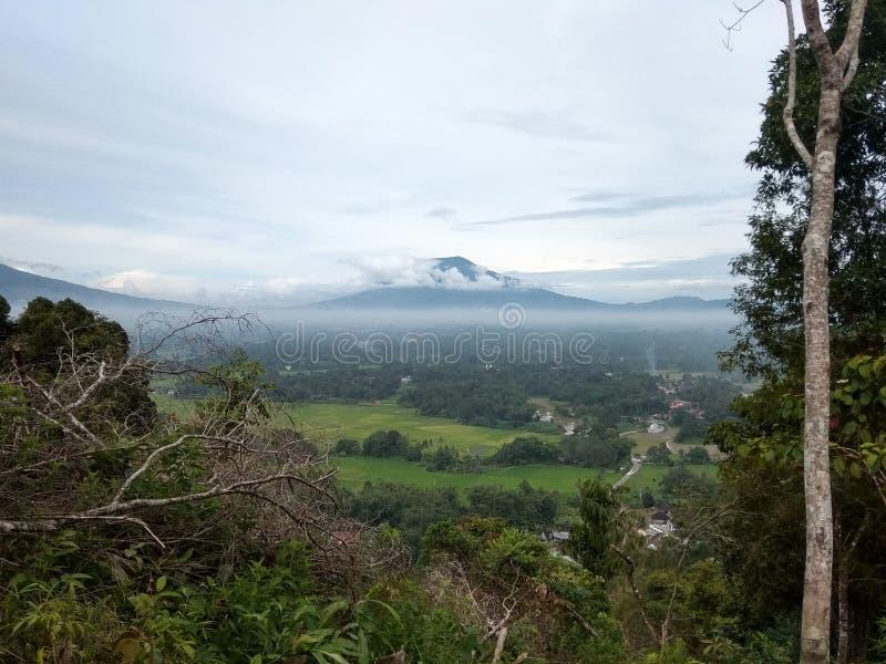 Красивая гора ландшафта с облаком стоковое изображение rf