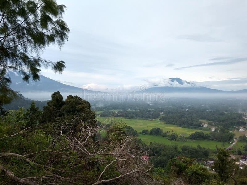 Красивая гора ландшафта с облаком стоковые фотографии rf