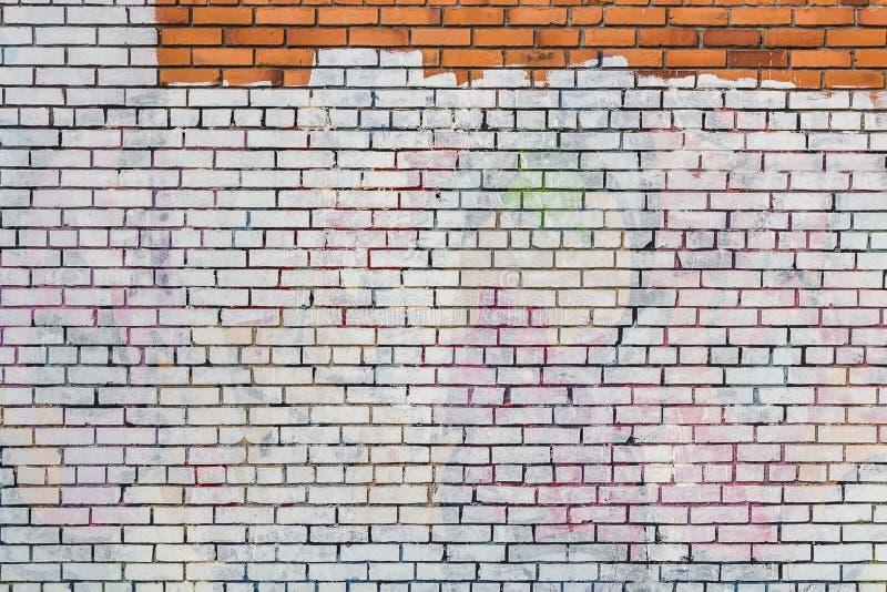 Красивая горизонтальная текстура части старой, который разбили стены покрашенной кирпичом в желтом красном голубом зеленом коричн стоковое изображение