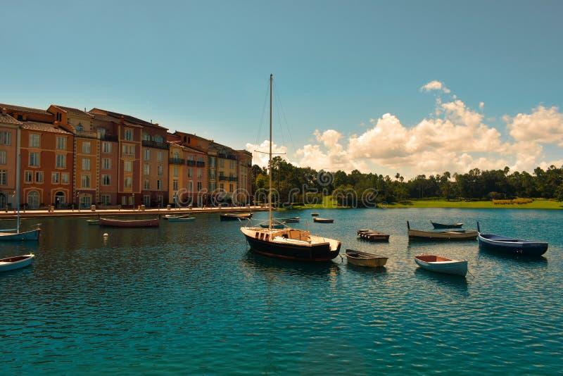 Красивая гостиница Portofino итальянца, с деревнями colorfull и рыбацкими лодками в меньшем заливе стоковые фото