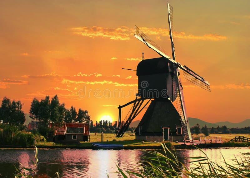 Красивая голландская полая мельница столба стоковая фотография rf