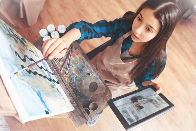 Красивая дама работая на изображении в студии стоковое фото