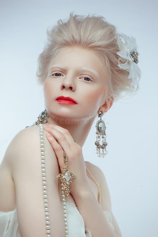 Красивая девушка альбиноса с красными губами на белой предпосылке стоковая фотография rf