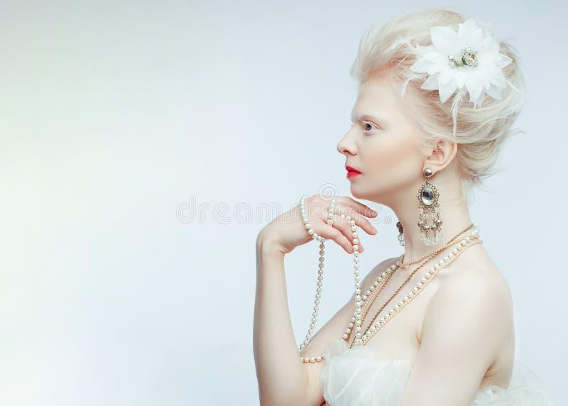 Красивая девушка альбиноса с красными губами на белой предпосылке стоковые фото
