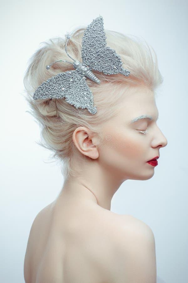 Красивая девушка альбиноса с красными губами на белой предпосылке стоковое фото