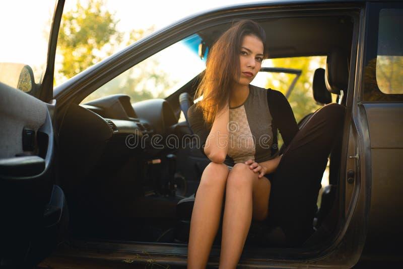Красивая девушка в автомобиле стоковые изображения rf