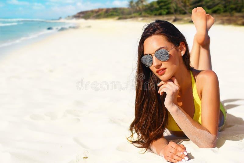 Красивая девушка в желтом бикини на тропическом пляже с белым песком стоковая фотография rf