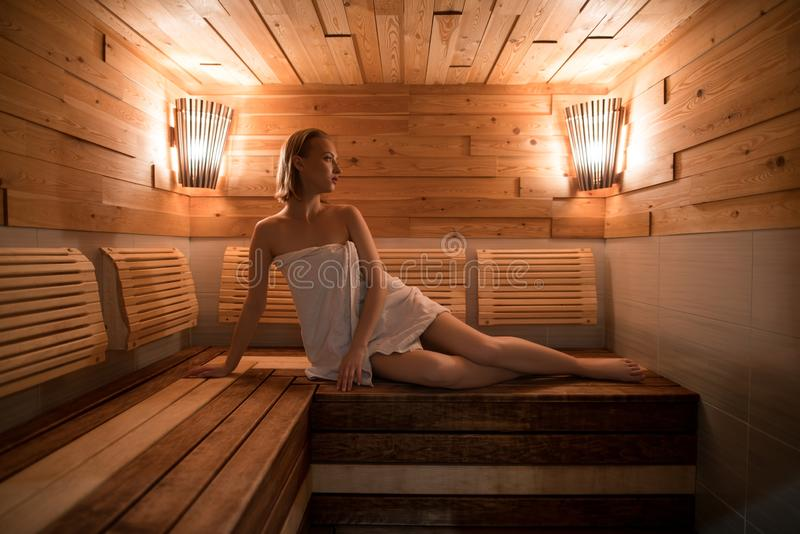 Красивая девушка в оболочке в полотенце в сауне стоковые изображения rf