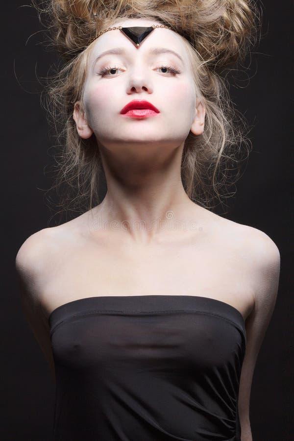 Красивая девушка в отвесном черном платье стоковое фото rf