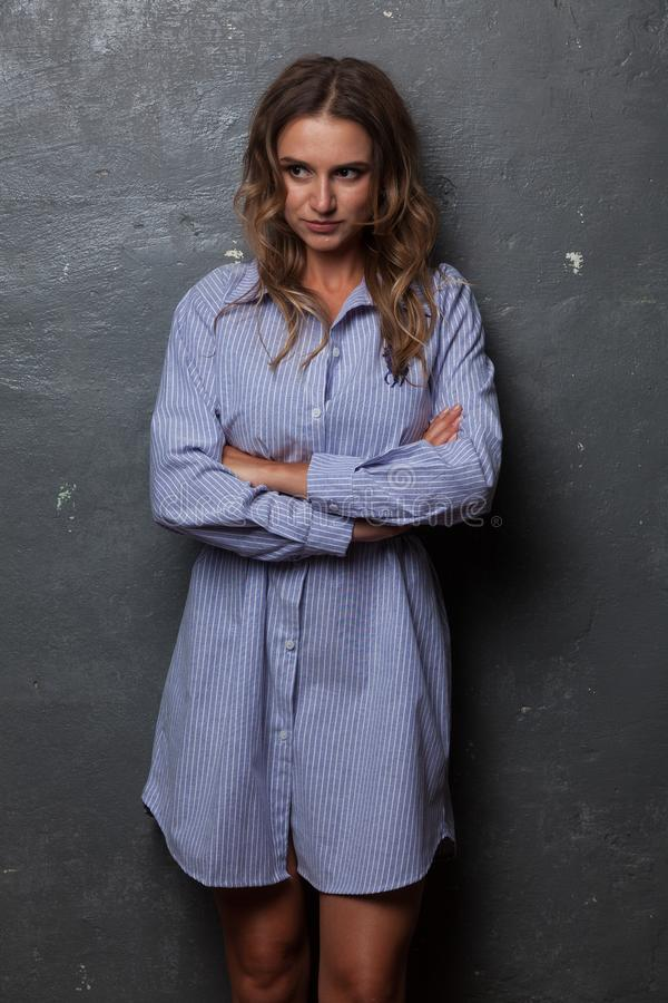Красивая девушка в рубашке ` s человека стоковая фотография