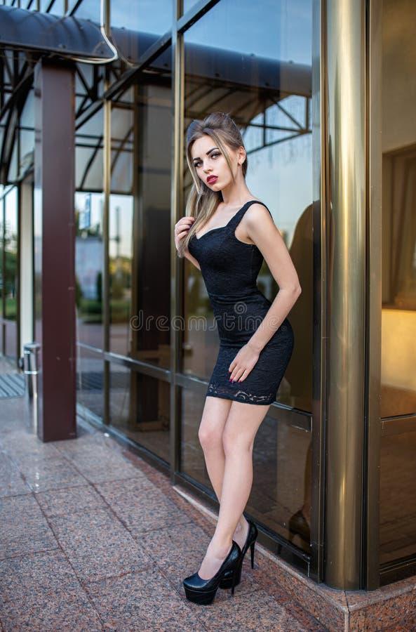 Красивые девушки модели в сексуальных платьях