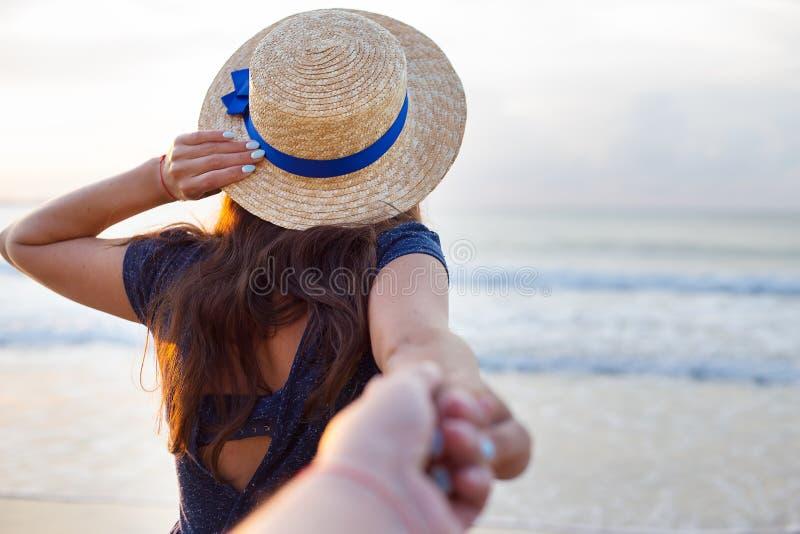 Красивая девушка в шляпе держит руку парня стоковые фотографии rf