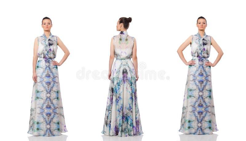 Красивая девушка в элегантном длинном платье изолированном на белизне стоковая фотография rf