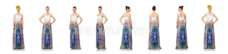 Красивая девушка в элегантном длинном платье изолированном на белизне стоковое фото rf